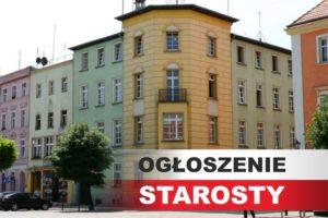 Na zdjęciu budynek starostwa powiatowego w Dzierżoniowie. Po prawej stronie drzewo. Na dole w prawym rogu napis Ogłoszenie Starosty