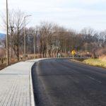 Po lewej stronie chodnik, na środku droga asfaltowa