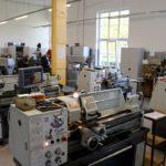 Zdjęcie sali warsztatowej w Zespole Szkół i Placówek Kształcenia Zawodowego w Bielawie. Na pierwszym planie tokarka, w tle urządzenia do nauki zawodu.