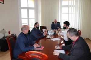 Zdjęcie gabinetu starosty. Za stołem siedzi 6 osób.