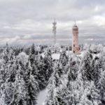 widok z drona na zimową panoramę wieży na wielkiej sowie
