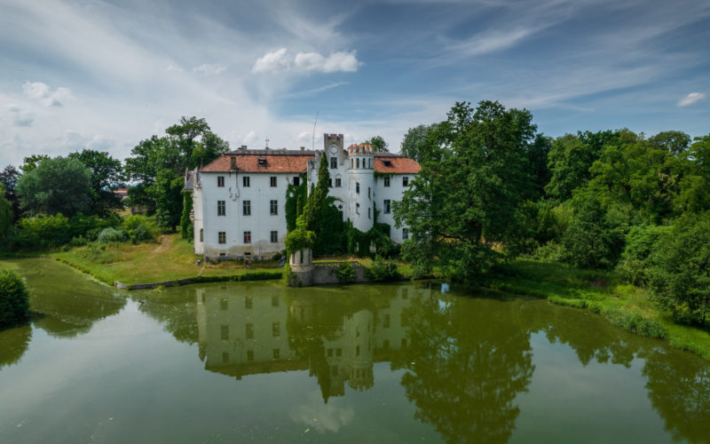Na zdjęciu ukazany jest pałac w Dobrocinie z otaczającym go stawem